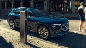 Vista exterior del Audi e-tron conectado al cargador