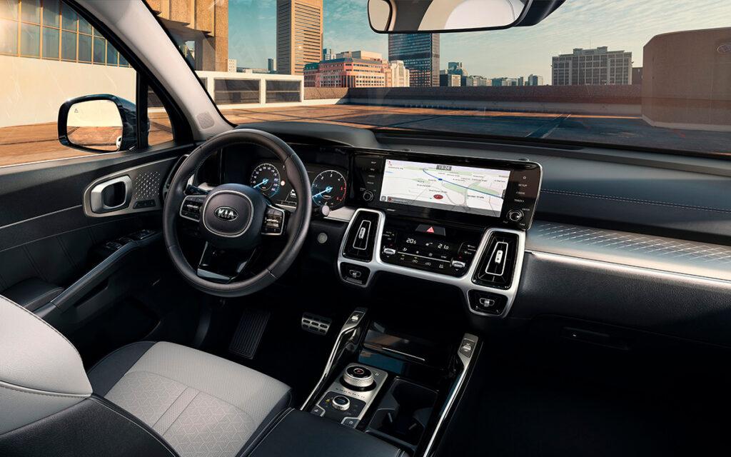 Vista interior del Kia Sorento donde se ve la tecnología y equipamiento incluido
